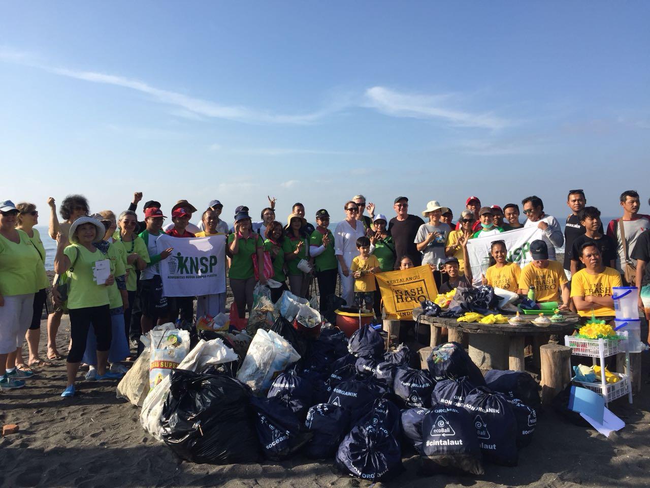 Beach clean-up at Kertalanggu. Balipicturenews.com