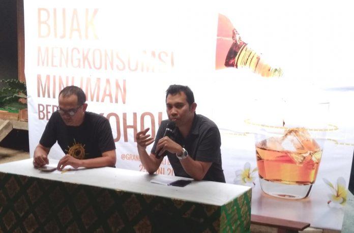 Dendy Borman (right) accompanied by Agung Bawantara from Bali Gumanti Foundation.