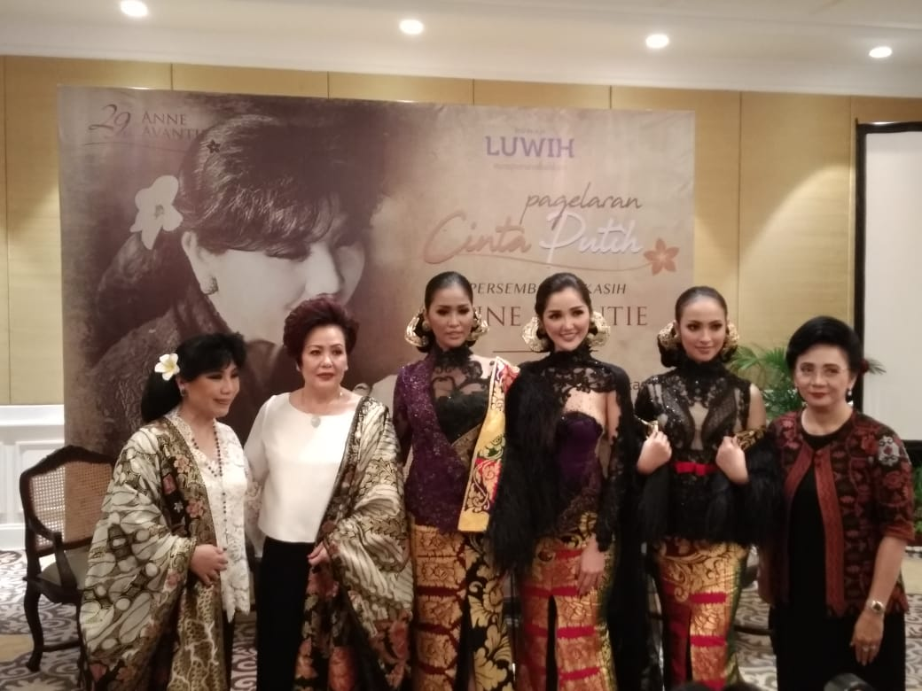 Anne Avantie (left) on the press conference of Cinta Putih at Rumah Luwih, Gianyar.