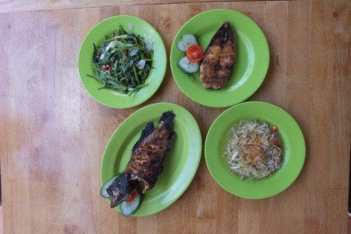 Grilled grouper, grilled catfish and vegetables menus at Belum Punya Nama.