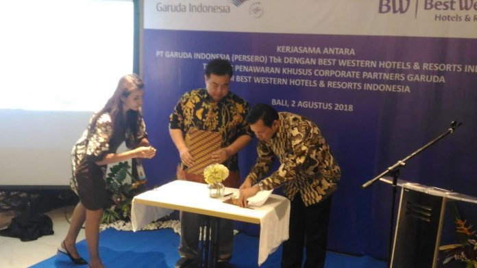 The signing of the partnership between Garuda Indonesia and Best Western Hotels & Resorts.