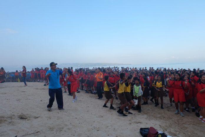 Clean up activity at Kedonganan beach on Saturday.
