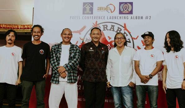 Left to right: Ronald (Antrabez band), Daus (Antrabez), Octav (Antrabez), Tony Nainggolan (Head of Kerobokan Prison), Anom Darsana (Producer - Antida Music Productions), Febri (Antrabez), Riva (Antrabez). (Img: exclusive)