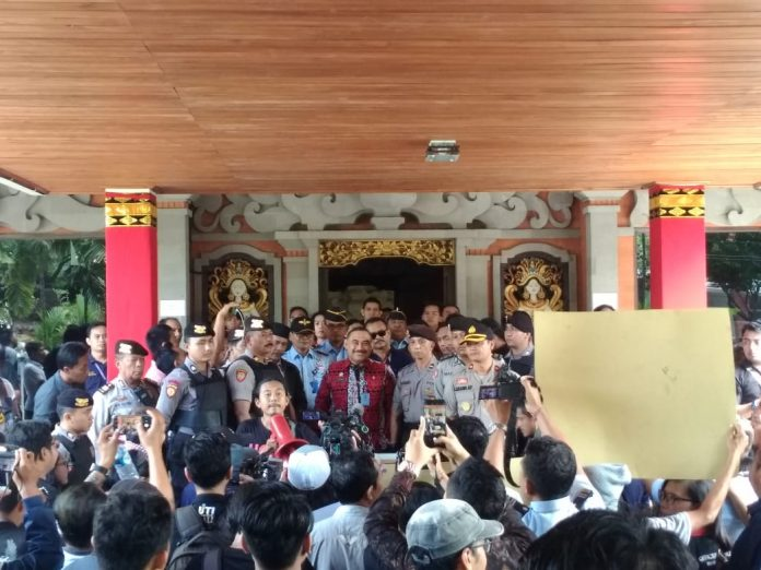 Journalists and other organizations in Bali held rally at the Law and Human Rights Ministry's Bali Office (Kanwilkumham) on Friday, [protesting the president's decree on remission for Susrama, a journalist murderer.