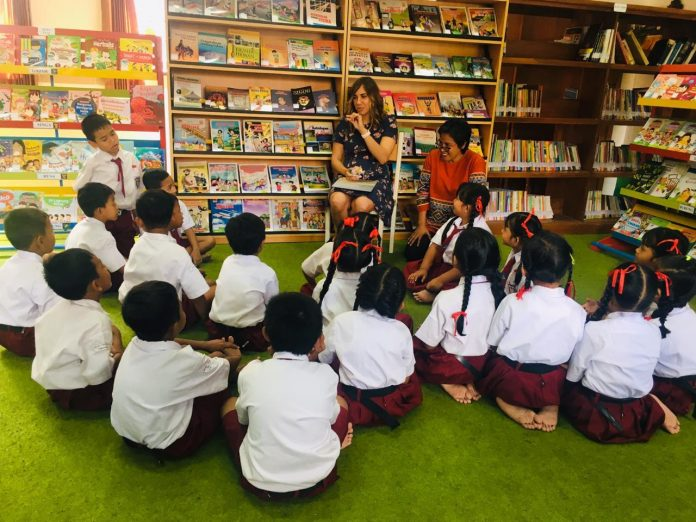 Story-telling by Kirli Saunders at SD 5 Mengwitani, Badung on Tuesday.