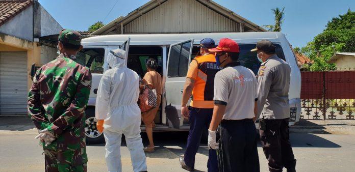 Denpasar COVID-19 handling team picks up four OTGs from Sanur Kauh, on Friday.