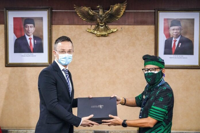 Indonesian Minister of Tourism and Creative Economy Sandiaga Salahuddin Uno (right) and Hungarian Minister of Foreign Affairs and Trade, Péter Szijjártó. (Picture: kemenparekraf)