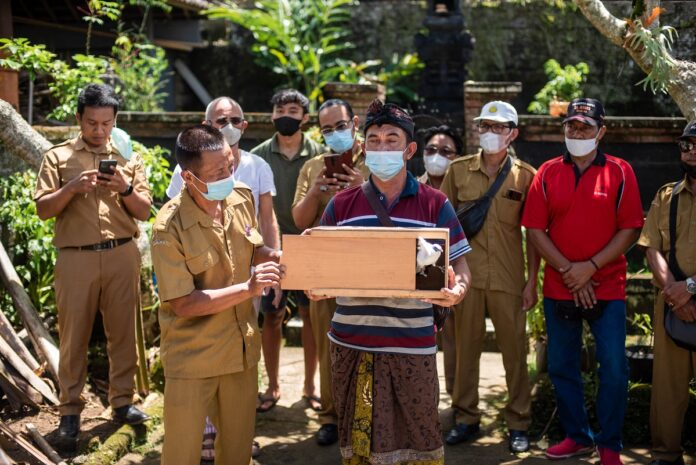 Begawan Foundation released a pair of Bali Starlings from I Wayan Murdana's house. (Picture: Begawan Foundation)